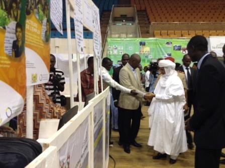 Le Premier Ministre SEM Brigi Rafini visitant les stands des participants du FIJEV du Niger