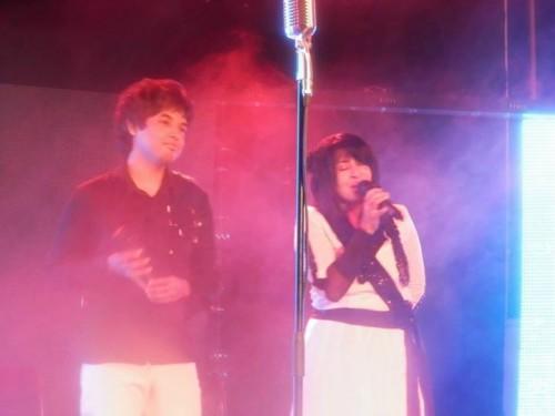 """Yazz (à gauche), sosie de la chanteuse malgache Poopy (à droite) chantant en duo samedi dernier. Yazz a remporté la 1ère édition de la tétéréalité """"Kopi Kolé""""."""